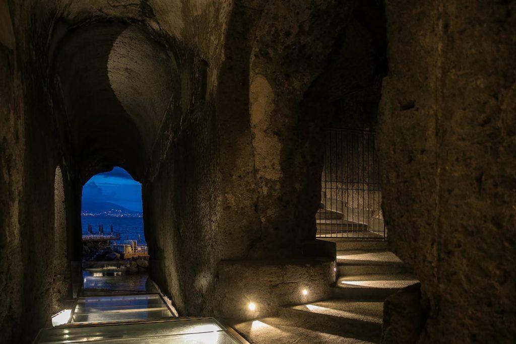 Camminamento romano, discesa alla spiaggia privata del Bellevue Syrene, Sorrento.